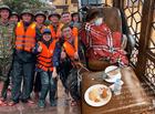 """Chuyện làng sao - Hòa Minzy """"kiệt sức"""" phải tiêm 10 mũi thuốc sau nhiều đêm thức trắng cứu trợ miền Trung"""