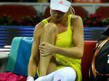 Phản cảm cảnh tay vợt nữ thản nhiên thay đồ trên sân