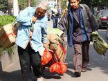 Cha mẹ già vác bao tải tiền xu đóng học phí cho con