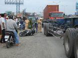 Clip: Nam thanh niên bị xe container cán chết vì vấp ổ gà