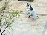 Dân mạng 'tròn mắt' với hai nam sinh quấn chăn kín mít đến trường vì lạnh