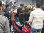 Công an nổ súng vây bắt kẻ ôm bình ga nhảy sang nhà hàng xóm cố thủ