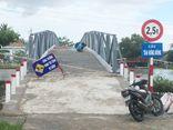 Phó Bí thư xã dỡ biển cấm qua cầu để xe chở vật tư vào nhà