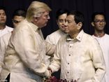Tổng thống Philippines hát theo đề nghị của ông Trump
