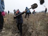 Người Ukraine đào hào đắp đất, sẵn sàng cho cuộc xung đột tiềm năng với Nga