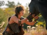 Song Joong Ki gây sốc với tạo hình nhếch nhác, tả tơi, cơ bắp cuồn cuộn trong phim mới