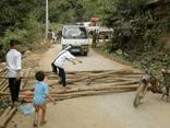 Người dân vác củi, chặn đường CSGT để đòi lại xe vi phạm
