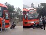 Video: Hai thanh niên chặn đầu, đập vỡ kính xe khách, tài xế cố thủ bên trong