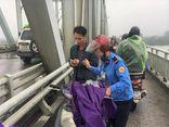 Thiếu tá công an lao xuống sông Lam cứu cô gái nhảy cầu dưới trời rét