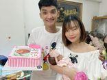 Khoe quà đầy tháng của con gái, bà xã Mạc Văn Khoa khiến cộng đồng mạng xuýt xoa vì toàn món xịn xò