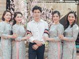 Hòa Minzy khoe ảnh cả gia đình dịp Tết, em út