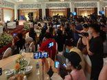 Hàng trăm youtuber đổ về livestream họp báo của vợ chồng ông Dũng