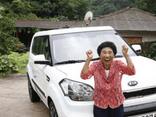 Đỗ bằng lái xe sau 960 lần đi thi, cụ bà 69 tuổi được tặng luôn xế hộp để động viên