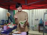 Tốt nghiệp đại học lại đi bán hàng rong, chàng trai gây tranh cãi dữ dội khi bị đồn giống Lee Min Ho