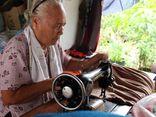 Hành trình 7 năm ròng rã may chăn tặng người nghèo của cụ bà 80 tuổi