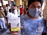 Ấn Độ: Xót xa bệnh nhân COVID-19 cầm cự tại nhà, tự mua bình oxy ở chợ đen giá