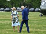 Tổng thống Biden hái hoa ven đường tặng cho Đệ nhất phu nhân Mỹ