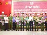 Trao thưởng cho lực lượng bắt nghi phạm nổ súng bắn chết 2 người ở Nghệ An