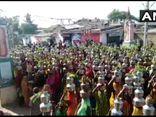Hàng nghìn người Ấn Độ không đeo khẩu trang tụ tập cầu nguyện để