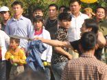 Nam thanh niên vung dao giữa lễ hội cướp phết cầu may