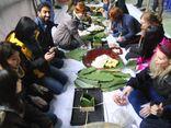 Sinh viên nước ngoài gói bánh chưng vui Tết với người khuyết tật