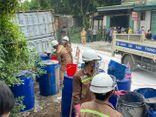 Lật container gần khu dân cư, hàng chục tấn axit tràn ra đường