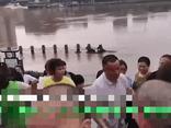Cứu đứa trẻ đuối nước, người đàn ông bị đám đông vây chặt khi lên bờ, nguyên nhân gây ngỡ ngàng