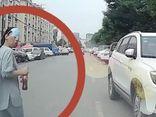 Người phụ nữ cố tình ngã trước đầu xe để ăn vạ, phản ứng của tài xế khiến chị ta chưng hửng