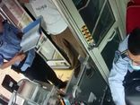 Chợt tỉnh sau vài phút ngủ quên trên xe buýt, cô gái hoảng hồn phát hiện hành vi táo tợn của gã đàn ông