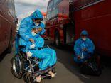 Đôi vợ chồng định đưa con gái bại não đi bộ từ TP.HCM về Phú Yên khiến ai nấy xót xa rơi lệ