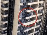 Đứa trẻ tuột tay rơi từ tầng 22 chung cư xuống đất, ai nấy bàng hoàng khi biết tin