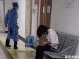 Bà mẹ khóc lóc cầu xin bác sĩ cứu con, nguyên nhân đứa trẻ nhập viện khiến ai nấy phẫn nộ