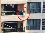 Tin tức đời sống ngày 27/9: Hoảng hồn cảnh bé gái 4 tuổi đu bám ngoài ban công tầng 11