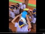 Học sinh mẫu giáo chơi chuyền bột và cái kết cười đau ruột, thú vị nhất là phản ứng của cậu bé cuối cùng