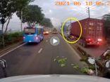 Tin trong nước - Clip xe container chạy vào làn xe máy, hất văng xe lôi rồi bỏ chạy