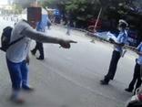 Bị cảnh sát yêu cầu dừng xe, người bà có hành động gây phẫn nộ khiến đứa trẻ phải trải qua cú sốc tâm lý