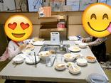 Bức ảnh ăn uống gây xôn xao: Cách dạy con khác biệt giữa bà mẹ