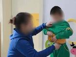 Ngăn con trai cởi trần trước mặt người lớn, cậu bé nói một câu khiến người mẹ chỉ muốn