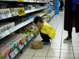 Con trai nghiền nát gói mì trong siêu thị, người mẹ có cách xử lý khiến tất cả mọi người phải ngưỡng mộ