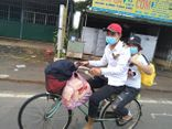 Hai chị em đi bộ từ Bình Phước về Kon Tum, dọc đường được người dân góp tiền mua tặng xe máy