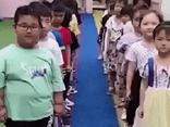Chuyện học đường - Cô giáo tổ chức chơi trò ghép đôi, cậu bé gạt tay tới 3 bạn nữ và cái kết