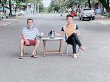 Vác bàn ghế ra ngồi uống trà giữa đường, 2 người đàn ông bị phạt 6 triệu đồng