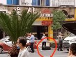 Hăng hái giúp hành khách kéo vali, tài tế taxi kinh hãi vội gọi báo cảnh sát khi biết thứ bên trong