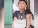 Cháu trai lười làm bài tập về nhà, bà nội cao tay đưa ra một đề nghị khiến cậu bé sợ hãi xin tha