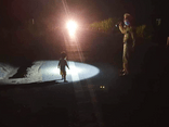 Hoảng hồn phát hiện bé gái 2 tuổi đi lạc trên đường Hồ Chí Minh lúc nửa đêm