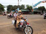 Trung tá CSGT dùng xe chuyên dụng chở thí sinh về lấy giấy dự thi: