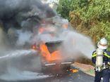 Xe chở công nhân hết hạn cách ly bất ngờ bốc cháy ngùn ngụt trên đường