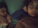 Tin thế giới - Bức hình gây ám ảnh ở dải Gaza: Hai đứa trẻ bịt tai ngủ giữa