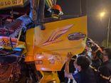 Tin tức tai nạn giao thông ngày 15/9: Phá cửa cabin giải cứu 2 người mắc kẹt sau va chạm ô tô
