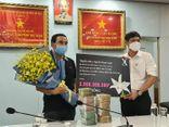 Nghệ sĩ Quyền Linh và nghệ nhân hoa lan Nguyễn Thanh Xuân trao 2 tỷ đồng cho công tác phòng chống dịch